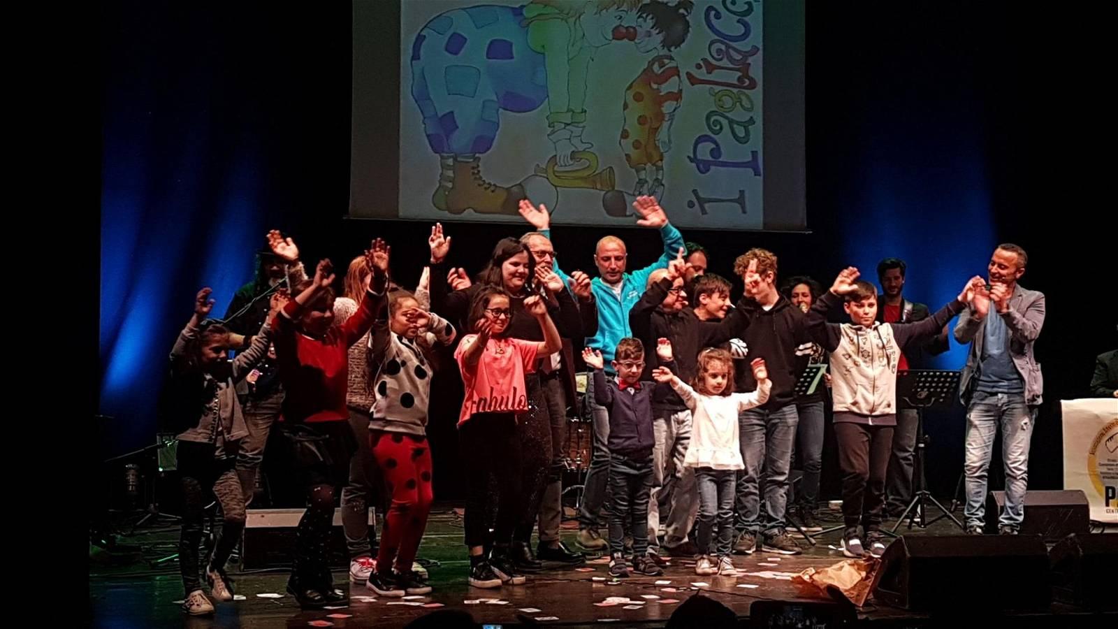 Sul palco del teatro Secci si festeggiano i 10 anni di vita de I Pagliacci