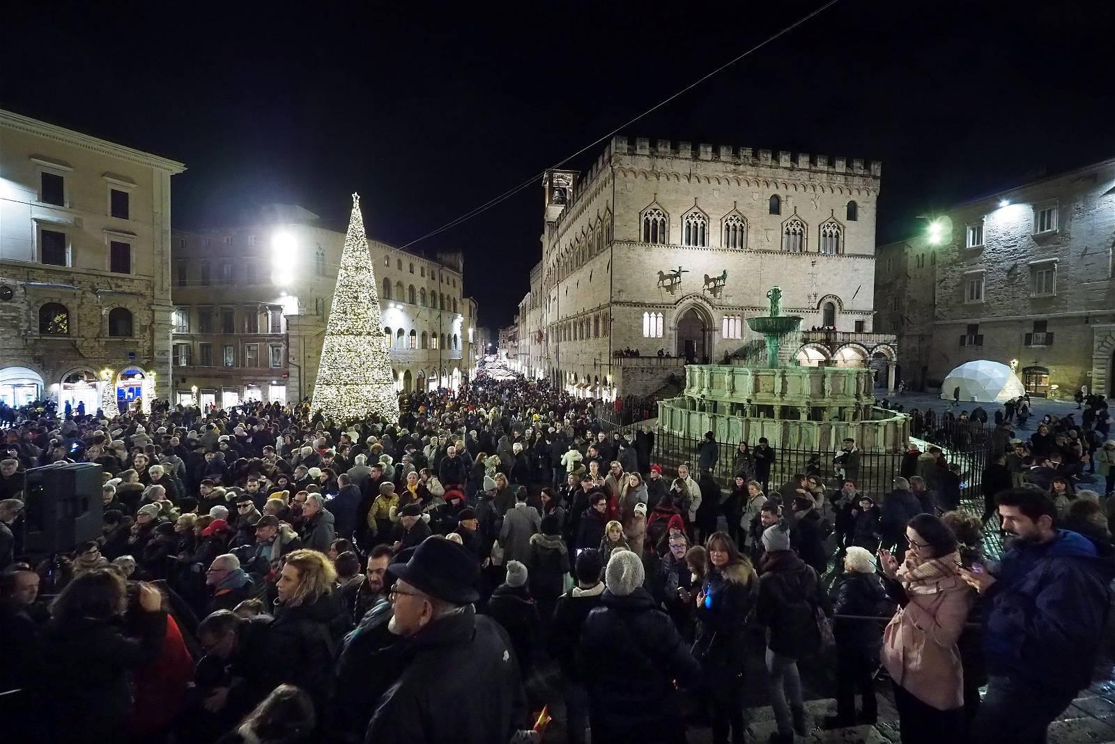 Natale di Perugia, in tanti a vedere il funanbolo e le esibizioni in piazza