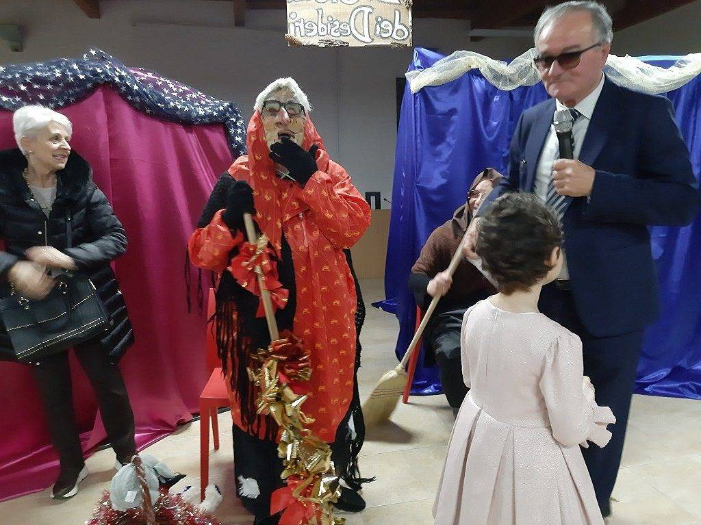 La Befana al Chianelli con le calze realizzate dalle detenute di Capanne
