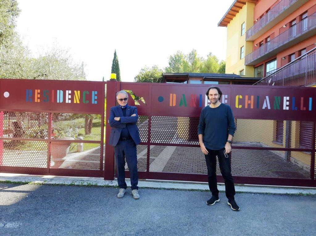 """Neri Marcorè al Residence """"Daniele Chianelli"""" con una dolce sorpresa per una sua giovane fan"""